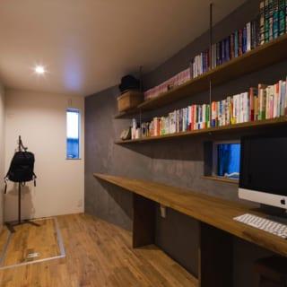 1階 書斎/パソコンなどを使うときのための書斎。写真左と奥の床下には収納を設置。Kさんいわく「2階が居心地いいので、ここはほとんど物置です(笑)」