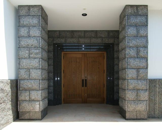 古い建物との連結部は上から石を貼り、内装の印象とギャップがでないようにした