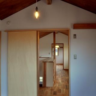 2階 子供部屋、ファミリースペース/2階は本棚のあるファミリースペースを介して2つの子ども部屋を配置。本棚は低めに造ってあるので開放感が生まれている。子供部屋もお互いに見通しが良く、ご家族のほどよい関係性がうかがえる