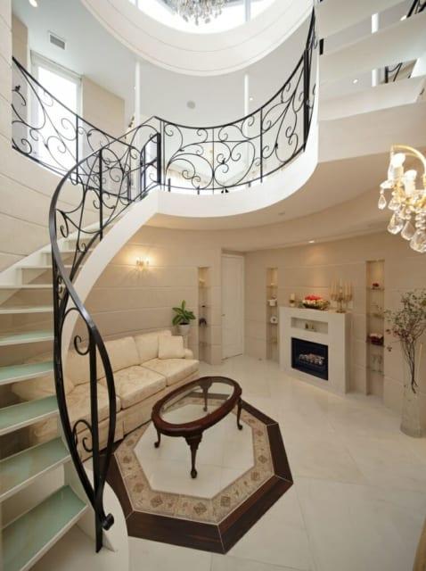 階段下のウェイティングホール。らせん階段はこの家に合った上品なパターンを菅原さんがデザイン、特注した