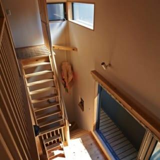 ロフトから見下ろすリビング/ロフトからは明るい陽射しが入るリビングを眺めることができる