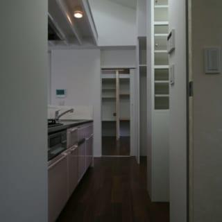 2階 キッチン/もともと写真右手は玄関であったが、移動したため、ゆったりとした収納スペースを設けることができた