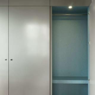 収納 衣類用/ダイニングの収納には衣類用スペースも。いちいち寝室のクロゼットへとりにいかずともアウターなどをかけられて便利だ。内部の色はグレー系の内装に映える水色を使うなど、ちょっとした遊び心も楽しい