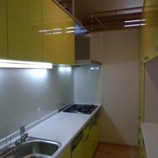 画家らしく、色にはこだわった。キッチンは明るい黄色に。