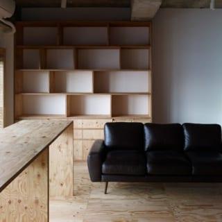 壁面収納/床と同じラーチ合板で造られた壁面収納。本や雑誌などを機能的に収納することができる。