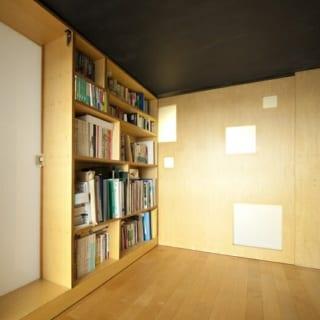 窓を背にして見た小上がりの部屋。正面のオブジェのような壁は、手前に引き出すことができ、その奥が書斎となる