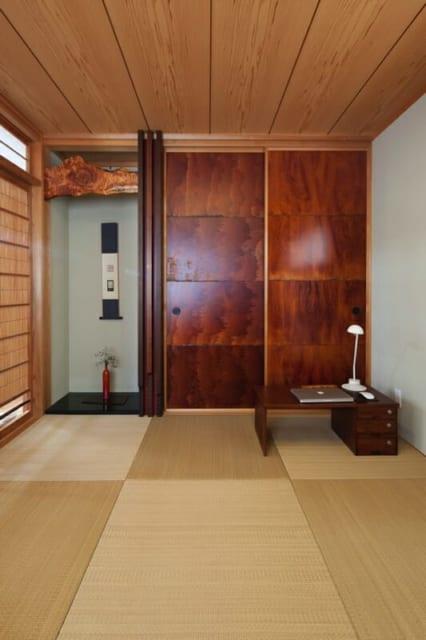 2階和室/独特の風合いがある漆和紙を貼った襖。3枚の杉板を組み合わせ、下部を削って見た目の変化をつけた床柱。漆を塗った木材を大胆に組み込んだ床の間など、和室は常識にとらわれず自由に楽しみながら仕上げた