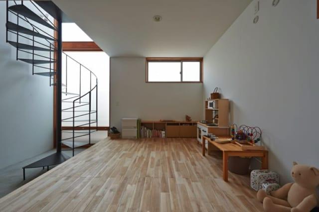フリースペース/床に樺桜を用いたフリースペース。土間と床材の間は収納空間となっており、普段は使わないものなどをしまえる工夫がされている