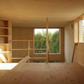 ロフトは、日常的に使わない物の収納や、お孫さんが泊まりに来ることを想定して設けられたスペース。正面の窓からは、生垣の緑が望める