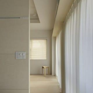 山崎 裕史  ベットスペースからリビング方向を見る。 カーテンを通すことにより繋がりが強調される。