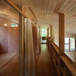 2階はオープンなプライベートスペースに。廊下に本棚を造作、図書コーナーにしている。