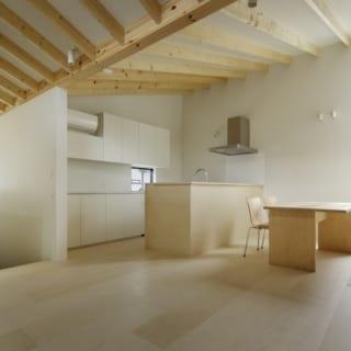 繁田諭   【写真4】C棟 2階 リビングダイニングキッチン/窓を効果的に配置したダイニングキッチンは、日の光が降り注ぎ明るい