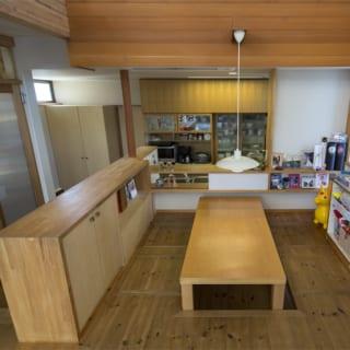 2階 ダイニング/ダイニングテーブルは堀座卓として使えるように堀座を造り付けとした。座ったときの視線が低く、空間をより広く感じられる。座る部分にはスライド式の床下収納を設置