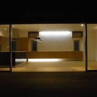 デッキテラスから見るLDK。テラスの周囲を壁で囲っているから夜間でもカーテンはいらない。