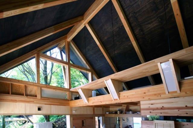 山小屋らしい切り妻の屋根の形は教授の最初のスケッチからあった。右手の屋根裏のようなスペースは「宙の間」。寝室として使われている。