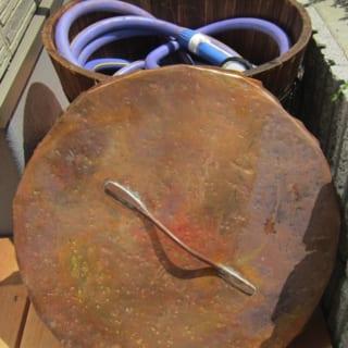 庭木に水をやるためのホース入れ。無骨なホースリールがあってはつや消しになると、勝田さんが手づくりしたもの。そのまま入れてフタをするだけなので、ホースを出したり巻いたりする手間も省ける