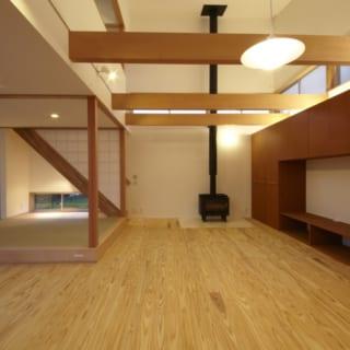 薪ストーブのあるLDK。仕事の関係で薪も手にいれやすい。 吹き抜けにわたした梁は将来的に2階をつくれるようにしたものだが、「住んでみたらやっぱり、天井が抜けていて良かった」とご夫婦