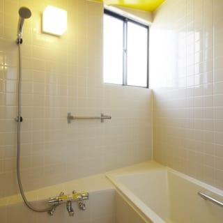 浴室の天井は黄色。あえて目をひくデザインも積極的にとりいれた