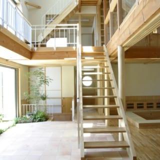 1階土間/庭に面した広い土間は、「子どもが卓球できるスペースを」との要望に応えたもの。室内としても屋外としても使える半戸外空間で、上部は2階~ロフト階までの吹抜け。トップライトから陽光がたっぷり入り、明るさは抜群。広さも高さもあり、のびやかな開放感が心地よい