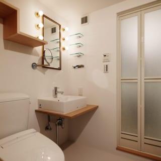 洗面台につけたハリウッド照明と拡大鏡は女性に人気。