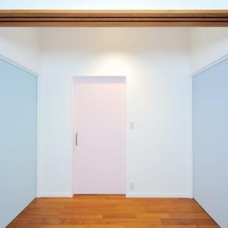 3つの部屋につながる扉。各部屋の持ち主が扉の色を選んだ