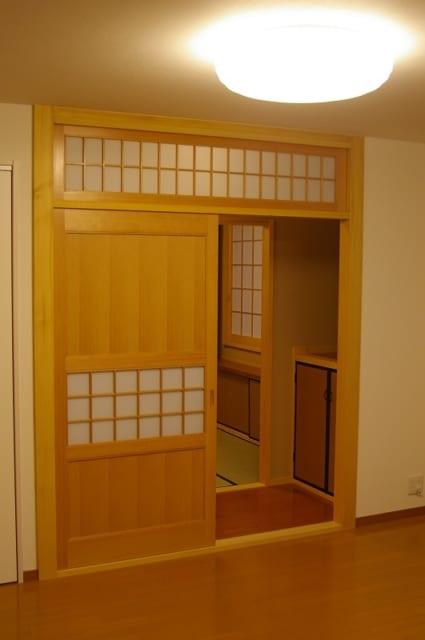 2階LDK、和室/明るい色使いのLDKはハイサイドの窓などで効率よく採光。LDKの一角には建具業を営むKさんがつくった雰囲気のよい障子戸があり、和室が隣接している