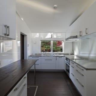 親世帯 キッチン/ゆったりとしたキッチン。大きな調理台のほか造り付けのカウンターもあり、配膳の準備などに便利