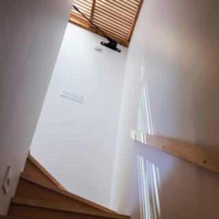 1階~2階への階段/上部のグレーチングはロフト階の床の一部。日差しを通すので、ロフト階に入る自然光がここまで降りてくる