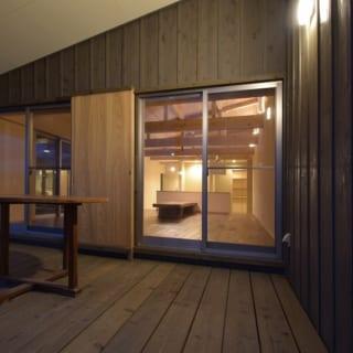 屋根付きデッキ/10畳の広さがあるデッキは、さながらアウトリビング。床には防腐処理を施した杉が使われている