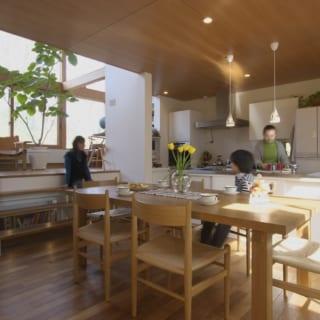 キッチンはこの家の中心。食事時に限らず、いつでも家族が集まってくるのはこのダイニングキッチンだ。リビングとの間は段差でゆるやかに仕切られている