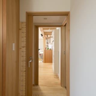 寝室側からLDKへ続く廊下。寝室、洗面浴室、ウォークインクローゼットはそれぞれの間に出入り口があて回遊できるようになっている。お風呂から着替えまでの流れや洗濯などの家事もスムーズだ。