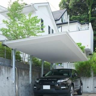 新設したカーポート。屋根部分は、空に浮かぶ雲をイメージして軽やかに仕上げている。