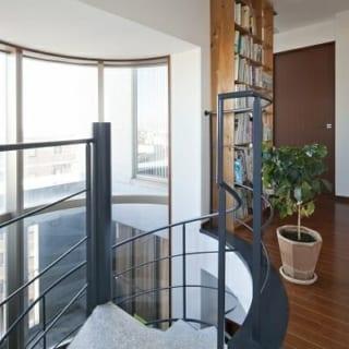 8階(自邸)螺旋階段 上/8階へ上がったところ。街並みを一望でき、抜群の開放感。8階には入居時にお子さんの部屋としていた3つの居室があり、現在は寝室や書斎として使用