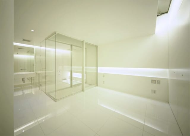 BFはドライエリアを介して奥にバスルームが。つくりつけの収納をしっかりと確保することで、スタイリッシュな空間を美しく保つことができるように配慮されている。