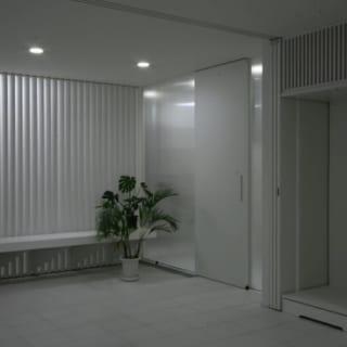 玄関/建物の中心に移動した玄関は、二世帯が共用するため、広々とした造りに