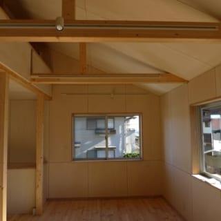 2階の生活スペース。ゆったりと使えるため、現在はこちらが奥さまのアトリエ代わりに。