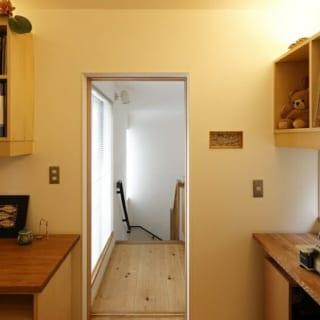 お母さまが使っていた足踏みミシンを娘世帯の玄関のディスプレイ用に再利用。新築住宅のなかに、懐かしさと温かみを
