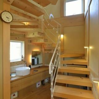 階段・洗面コーナー/階段横のスペースには洗面コーナーを配置。階段の下にはワインセラーも備えている