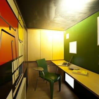 書斎内部。右の緑色の壁が、小上がりの部屋からはオブジェのように見えるも。机となる板は取り外し可能で、左の壁側に設置することもできる