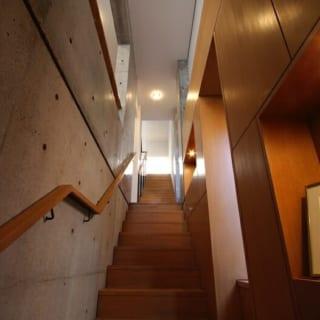 【N邸】3階へと続くゆるやかな階段。ギャラリーのような遊び心空間と、踊り場には腰掛スペースもある。