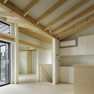繁田諭   【写真5】C棟 2階 リビング~個室/写真奥の個室は、扉を閉じても上は抜けるデザイン。目線を遮らず開放的
