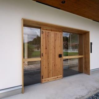 【写真】形ばかりでも玄関がほしいということで、建て替え前と変わらない幅の玄関を東南の位置に設けることに