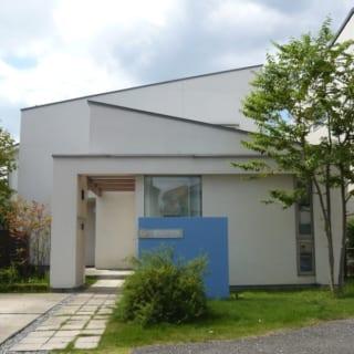 屋根勾配で変化を付けたモダンな外観が印象的。手前が山岡さんのアトリエ、アプローチを進んだ先が自宅になっている