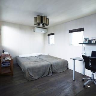 1階の主寝室。白い壁と天井は、江藤さんとA様家族とで苦労して塗装した。床はアフリカ産のエルムという木材