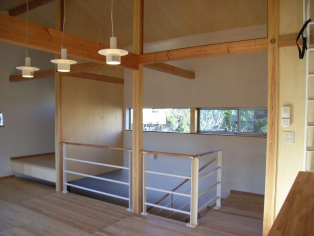 階段の壁に設けた窓から植栽が望める。木の温もりにあふれる室内空間との調和が絶妙だ。