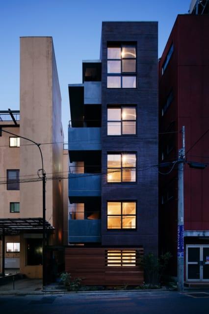 竣工直後のこの写真にはないが、道路側の窓には各部屋ブラインドを備え付けにした。入居者はカーテンを買わずに済み、外観の統一感も守られる。