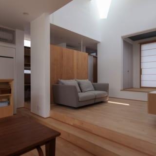 リビング~和室/広さ6畳とコンパクトなリビングは天井を4メートルと高めにし、天窓をつけた。日中は豊かな陽の光を採り入れられる、開放感いっぱいの造り
