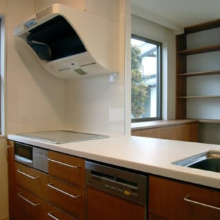 キッチン/奥様の要望により、収納もたっぷり。抜け感が出るように吊り戸棚をなくした