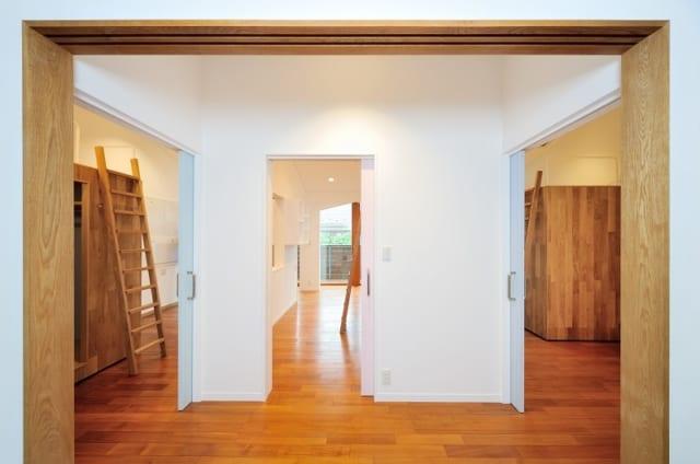 扉を開け放つと、それぞれが選んだ色が見えなくなり、やわらかな木目の印象が強まる