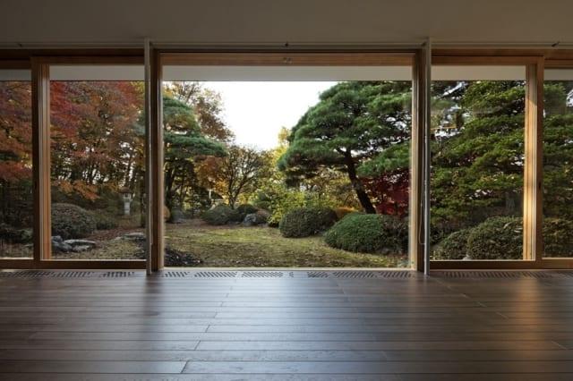 親世帯 リビング/中庭と反対側の南西を大きく開口。家屋の外側の庭が窓いっぱいに広がり、抜群の開放感